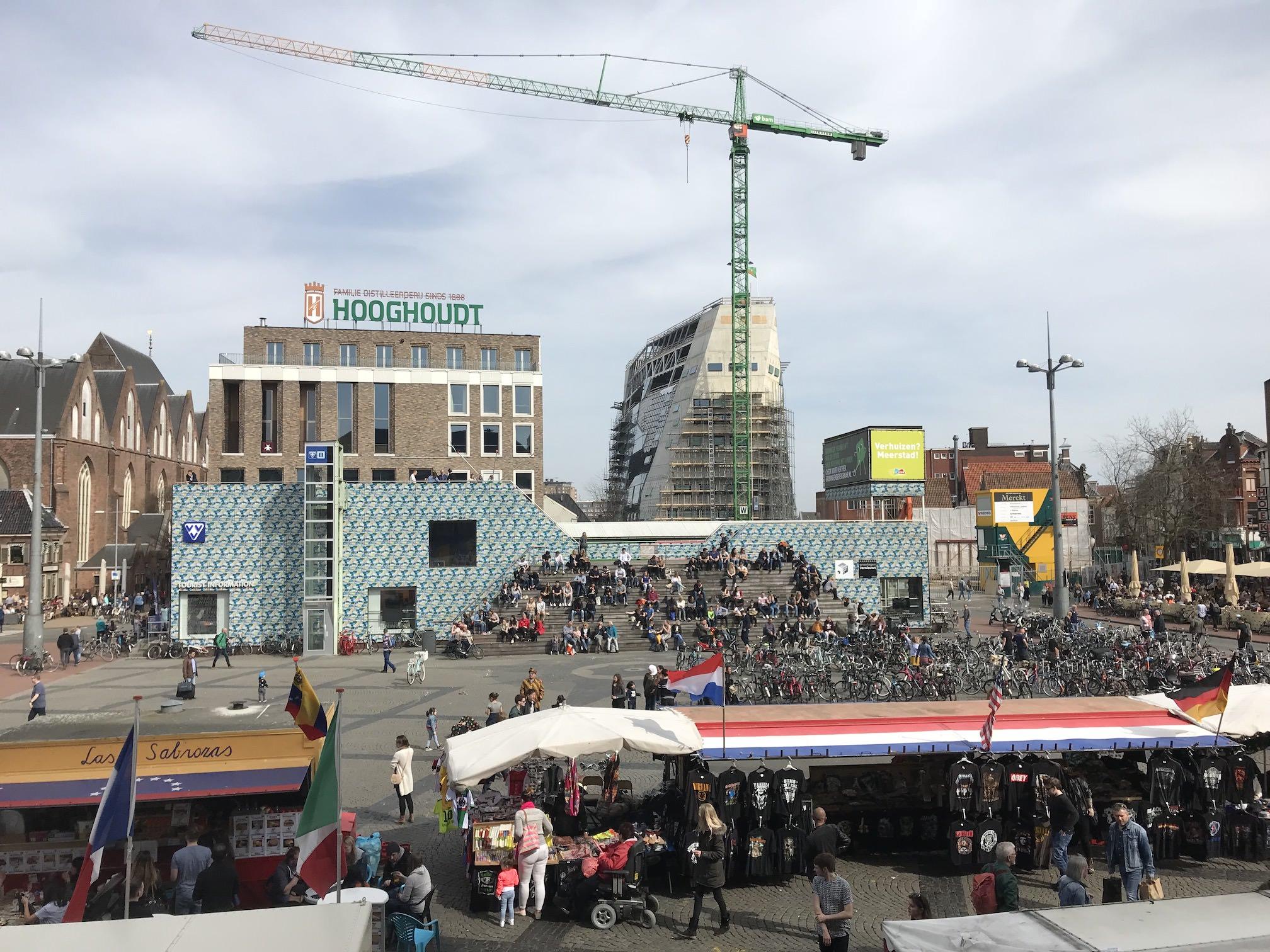 Groningen, Großer Markt, VVV-Gebäude mit Forum vom Stadshuis aus gesehen