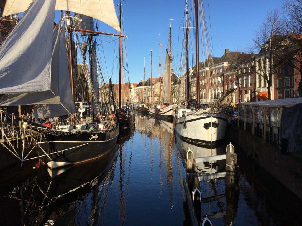 Groningen - Winterwelvaart - Schiffe auf der A in der Sonne, von der A-Brug aus