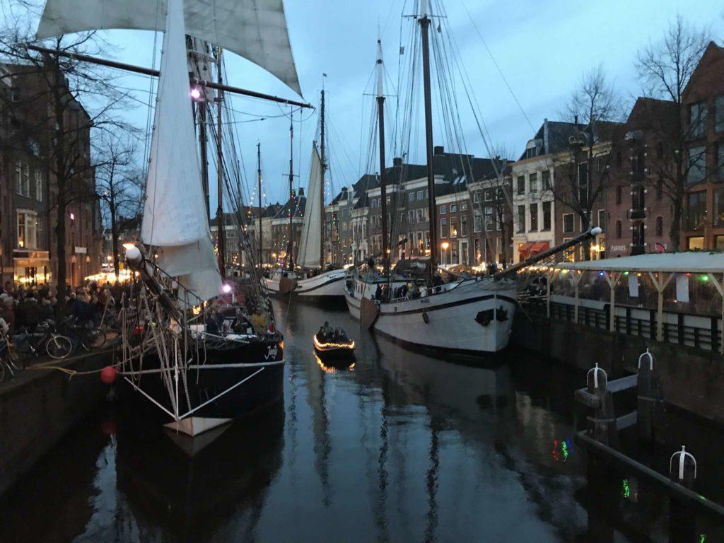 Groningen - Winterwelvaart - Boot auf der A in der Dämmerung, von der A-Brug aus
