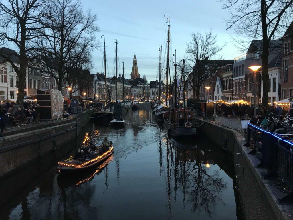 Groningen - Winterwelvaart - Boot auf der A in der Dämmerung, von der Vissersbrug aus