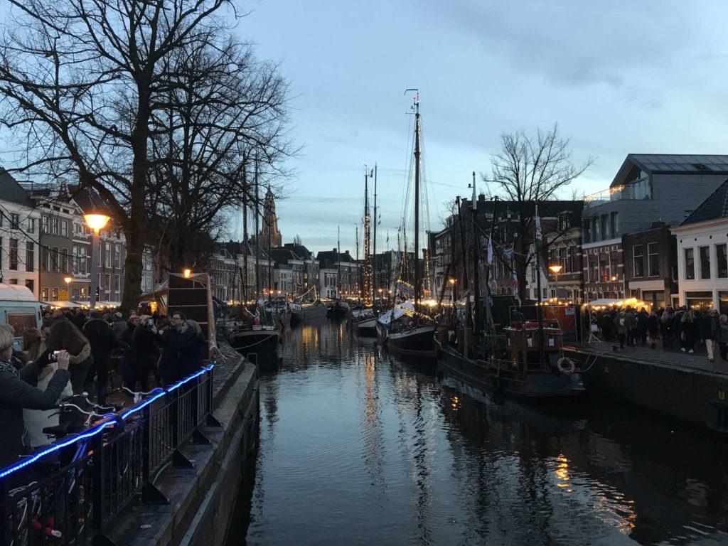 Groningen - Winterwelvaart - Schiffe auf der A in der Dämmerung, von der Vissersbrug aus