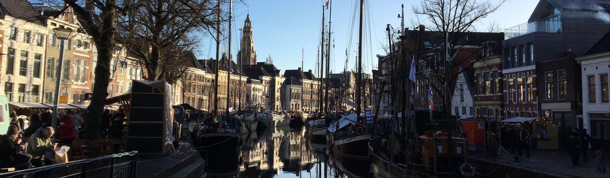 Groningen - Winterwelvaart - Schiffe auf der A, von der Vissersbrug aus