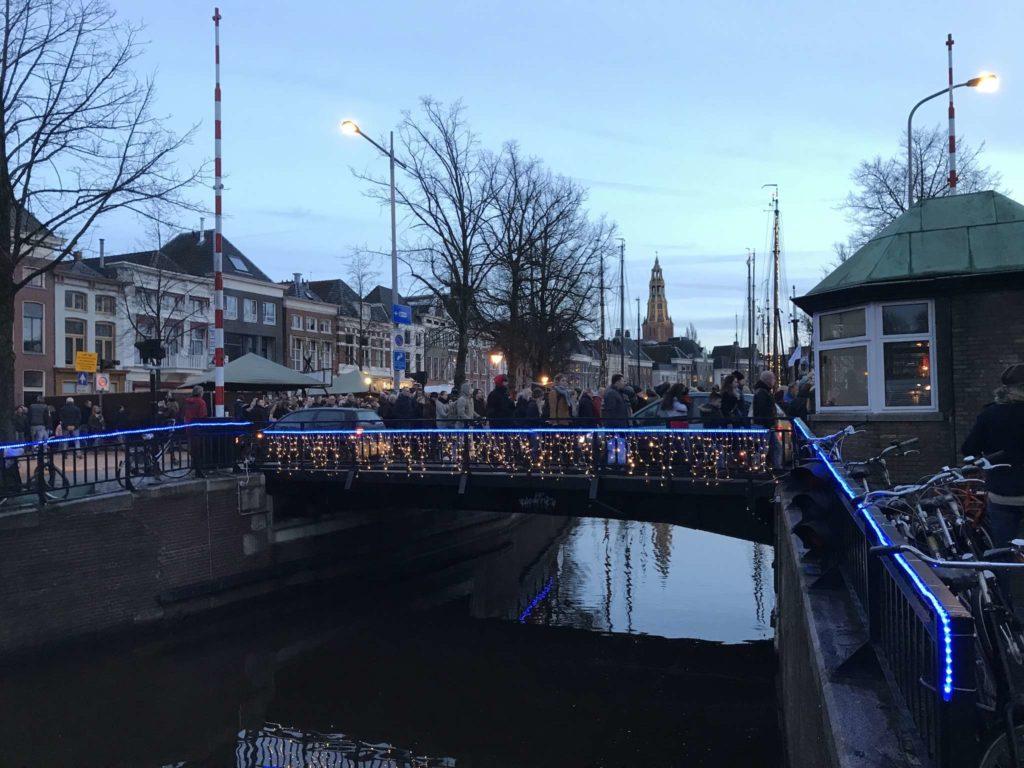 Groningen - Winterwelvaart - Vissersbrug mit Menschen darauf